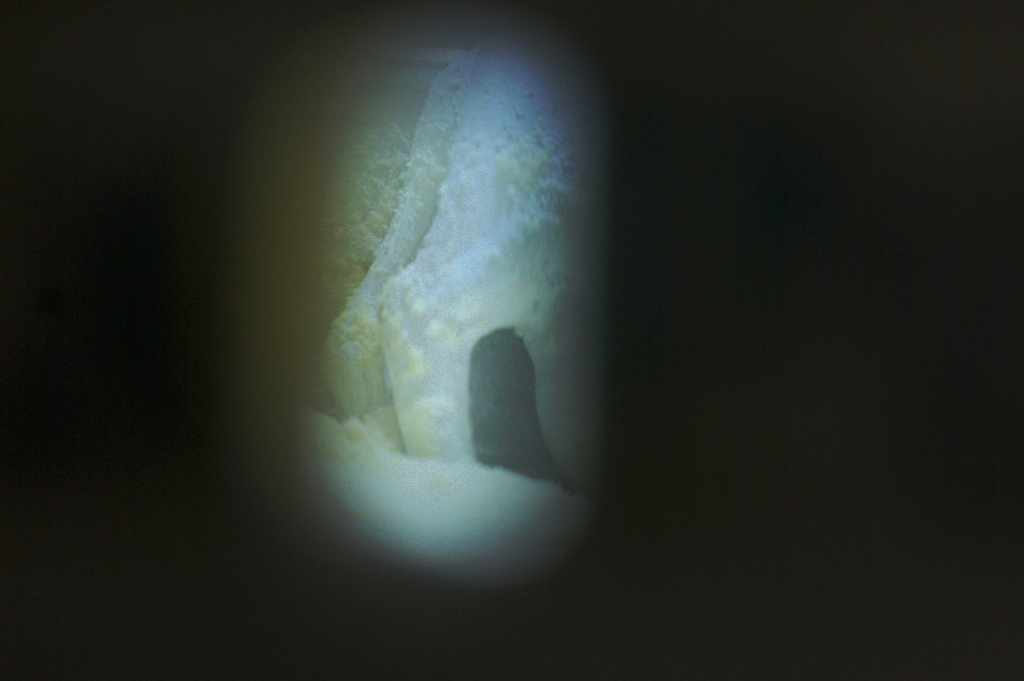 Peeping inside 從小孔內望